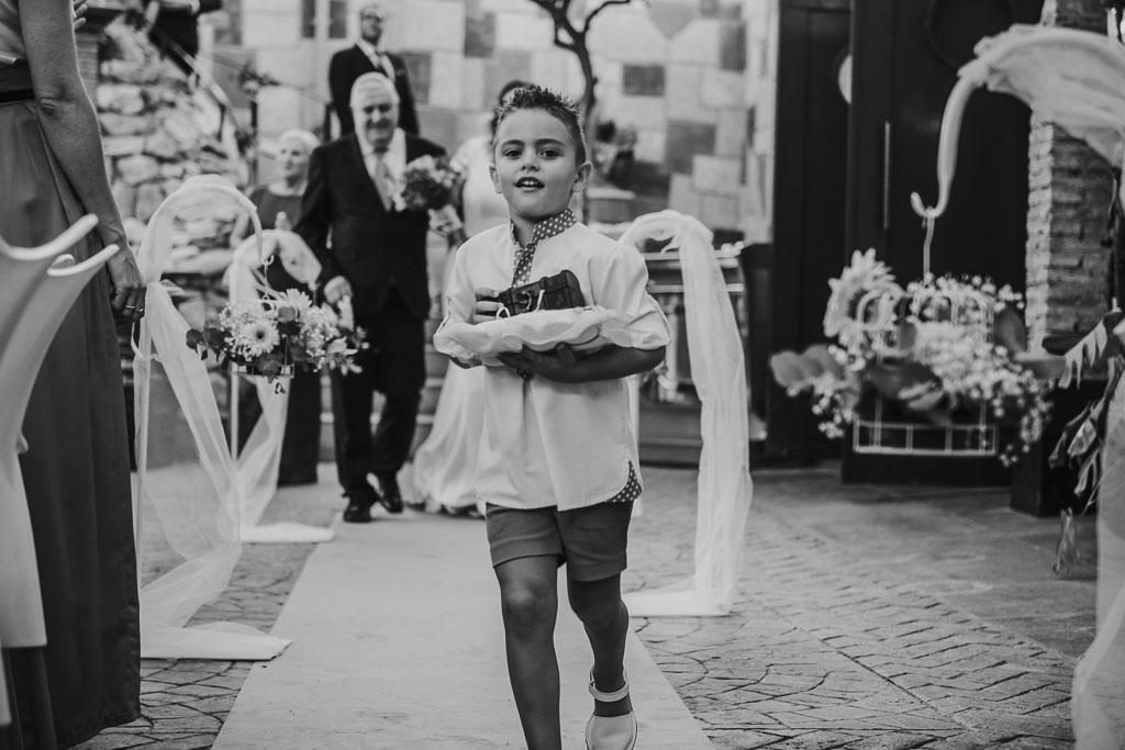 niño llevando las arras