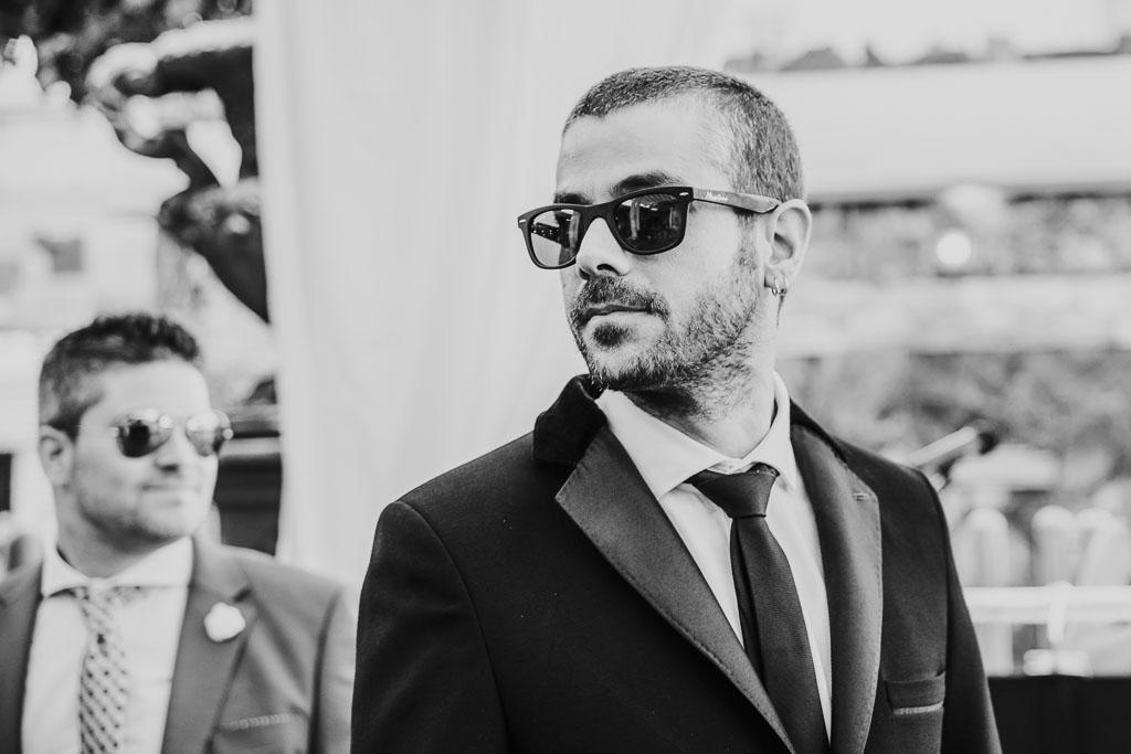 novio con gafas de sol